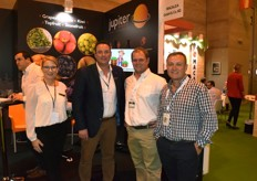On the left are Mark and Yvonne Tweddle, owner and director of Jupiter Group. They are specialists in grapes, citrus, kiwi, topfruit and stonefruit and are based in the United Kingdom. They were attending to two visitors, but still made some time for a quick snap.