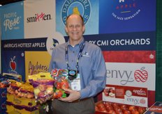 George Harter with CMI proudly shows pouch bags with Ambrosia and Kanzi apples.