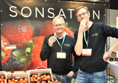 Jan Robben and Steven Oosterloo enjoying a Sonsation strawberry.