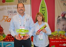 Bill Dinham and Denise Hinkley with Chelan Fresh show Rockit apples.