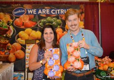 Julie DeWolf and Kevin Carlson with Sunkist Growers show Valencia oranges and Cara Cara oranges.