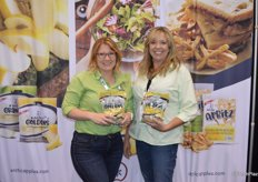 Jessica Brady and Rebecca Catlett with Okanagan Specialty Fruits show non-browning Arctic Goldens.