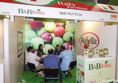 Business meeting at B&B Frutta booth. The company is from Verona.