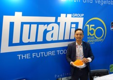 Thanh Nguyen (Lee), Turatti salesman for South East Asia, showed a plate of carrot spaghetti freshly made with a machine on display.