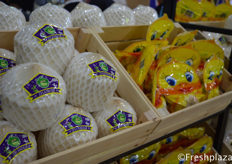 Zhanhui's own Thai coconut brand. These coconuts are ready to eat, with pre-cut holes, you can drink directly from the coconut. Its vacuum packaging keeps the coconut fresh