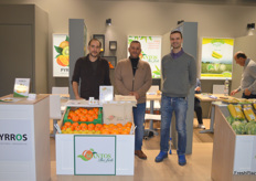 On the left is Giogos Mantos, together with his Mantos-team to showcase their Greek citrus.