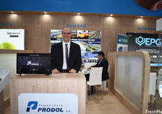 Hernán Zec of Ingeniera Prodol, who are presenting their packaging machines with a new roller system.