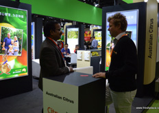 Meetings at the stand of Australian Citrus. To the right, David Daniels. This year was a record year for Australian citrus exports to China with a total volume of over 50,000 tons.