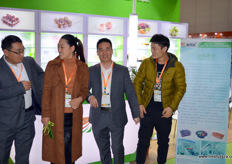 Shu Guo Le is a Chinese designer and producer of packaging and packaging solutions. In the photo are Cha Xianping, Liu Xiaomei, Lu Hongliang and Mr. Liang.