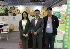 In the middle is Gavin of Great Wall. Next to the company's traditional exports of Chinese apples and pears, Great Wall has recently launched an import programme of Malaysian pineapples, which received market access to China earlier in 2017.