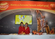 Davine Coolwijk and Maud Lutterman representing Junami apples