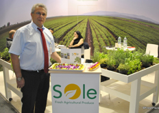 Assaf Adar from Sole shows the new selection of edible flowers, which is especially for cocktails.