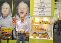 Jurgen Braun promotes ISAAQ on the background his daughter enjoying the apple