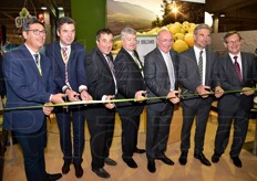 The ribbon-cutting ceremony in front of local and European authorities. Among them, Arnold Schuler, regional councillor for agriculture in Alto Adige, Reinhold Marsoner, direcotr of Fiera Bolzano, Georg Kössler, chairman of Consorzio Mela dell'Alto Adige, the Mayor of Bolzano Luigi Spagnolli and MEP and chairman of the Environmental Commission prof. Giovanni La Via, accompanied by colleague Herbert Dorfmann.