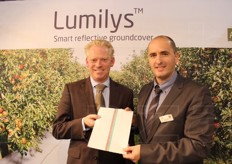 Nico Roose (sales manager) and Jan Terras (product market manager) from Beaulieu Technical Textiles. The company presented its Lumilys reflective film, creared to improve the colouring of apples in the lower branches.