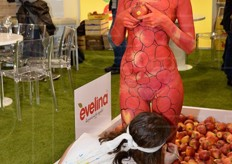 A body painting performance took place at the Evelina apple stand.