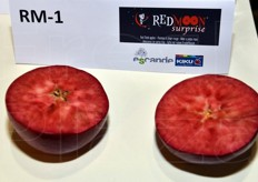 In collaboraiton with Kiku, Escande presented RedMoon Surprise red flesh apples.