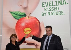 Barbara Arioli from the Cernuto agency, Pizzigoni & Partners and Arno Überbacher, director of Evelina Srl pointing at the apple's sticker.