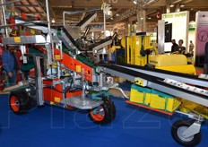 One of the three versions of HermesPluko belt fruit collection trucks, ideal for 2.60/4.00 m wide rows.