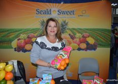 Mayda Sotomayor with Seald Sweet International showing Moroccan clementines.