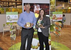 "Lain Jager and Sarah Deaton from Zespri promote the Sungold kiwi variety, which is taking off very fast in United States. They have packaging with a ""Spife"" (spoon and knife) so it will be ready to eat."