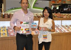 Ken Paglione and Sarah Pau from Pure Flavor promoting the Cloud 9, which was an Award Finalist. The packaging of the tomato is made out of fibers of the tomato plant. Ken holds the Mini Munchies, which is a small bag with Juno Bites grape tomatoes, Aurora Bites mini peppers and Poco Bites cocktail cucumbers. The product receives a lot of interest from schools and foodservice. In the United States it is sold for 99ct.