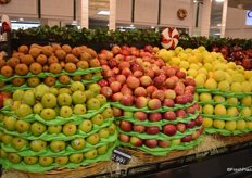 Display of pears and apples.