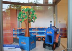 Halos Tree and Tractor display from the Wonderful Company. The company received an award in the category Most Innovative Fruit Packaging or POS Solution.