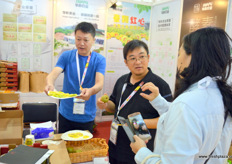 Kiwifruit tastings at the booth of Sichuan Huipu Superior Fruit Industry.