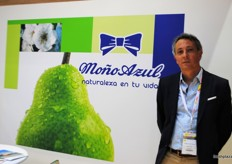 Nicolás Bonavento from Moño Azul, offering a different fruit from Argentina such as pears and apples.