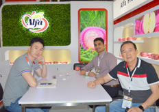 General Manager Richard Leung and Managing Director Steven Leung of Alfa Fruit Packers (China) with Ritesh Gidwani of RB Impex (India).