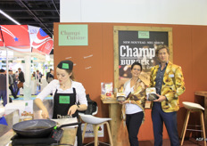 Marjan de Boer (centre) and Roel Aldewereld (right) of Banken Champignons with their Champ Burger, comprising of 50% mushrooms. The mushroom colour is immediately apparent.