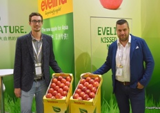 Clemens Hafner and Arno Überbacher promote the Evelina apple