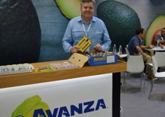 Steve Trickett from Avanza with New Zealand avocados.