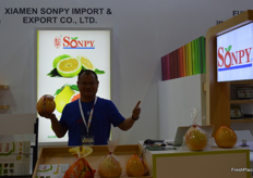 Sandi Lai, General Manager of Xiamen Sonpy Import&Export Co.,Ltd showing their pomelos.