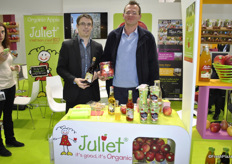 Vincent Lehalier and François Guigues promoting the organic apple Juliet, but also the various juices.