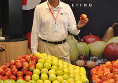 Tim Evans from Chelan Fresh Marketing promoting their apples. Tim Evans holds the Honeycrisp as this is an apple that's increasing in consumption in the United States. Last year 10 million bushels were sold and still demand is exceeding supply, so new orchards are being planted.