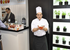 Marc Meya, one star chef in France, was in the Azura booth to cook with their products and let visitors taste, what you can do with tomatoes from Azura. Azura does a lot on taste, they have taste panels within the company, but not only in the company also with consumers. These are blind tests to select the perfect variety for the retailers and consumers. From 350 test-varieties, only 2 will survive for the market.