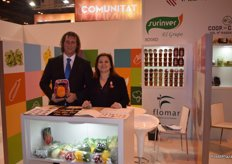 Marcus Ludwig and María del Señor, at the stand of Grupo Surinver, presenting their pumpkins for Halloween.