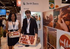 "Marlene Rivas and Esteban Tomás Pérez, at the stand of Más dels Fumeros, presenting its new brand Rubby for hanging tomatoes, the ideal one for a ""pa amb tomàquet"" (bread, rubbed tomato, olive oil and garlic)"