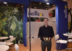 Indalecio Acién, at the stand of Indasol, presenting the new mini snack cucumbers.