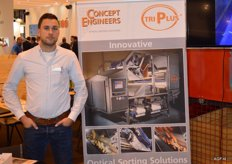 Thomas Oranje of Concept Engineers with a banner of the optical sorting machine Tri Plus. This system uses the free fall method. Because of this, the product to be sorted can be checked all over, and, if necessary, it can be rejected