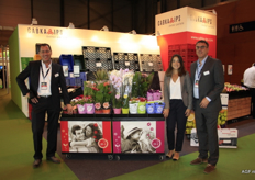 Menno van Es, left, shows the supermarket presentation for the flower and plant concept More lips at the Cabka booth.