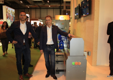 Romke van Velden and Evert-Jan Wassink of Sorma Benelux present the new Sorma sorting machine. The company can now supply an entire line, so besides packing machines they can also supply sorting machines.
