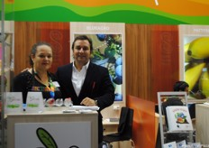 Pierina Sotomayor Bianco, of Blueagro, and Gonzalo Varas, of Frutera Peru (Powerfruit Chile), at the stand of Blueagro, from Peru.