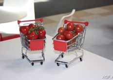 Tomatoes in a miniature shopping cart. Is this a new packaging idea?