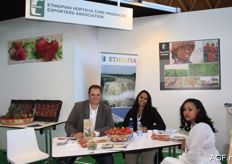 Ethiopia was also present with products such as strawberries and beans. Jan Michielsen from Fair Fruit in Belgium on the left: this is a company that supports growers in Africa. Yusra Nurhussein, centre, and Yemisrach Berhano, right, from the Ethiopian association for growers and exporters.