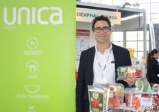 Diego Calderón from the Spanish company Unica Fresh. He shows a packaging with three different miniature vegetables. The company is one of the largest producers of miniature cucumbers.
