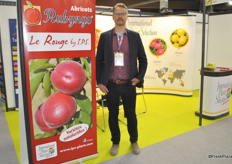 Julien Darnaud from International Plant Selection took the opportunity to promote a new red apricot variety.