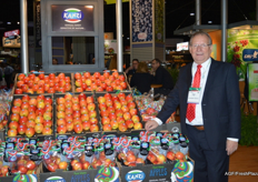 Arjen Stolk in the CMI stand with Kanzi® apples, Fruitmasters distributes these in the Netherlands.